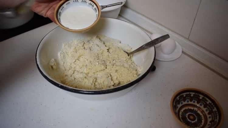 Для приготовления булочек с корицей из слоеного теста добавьте сметану