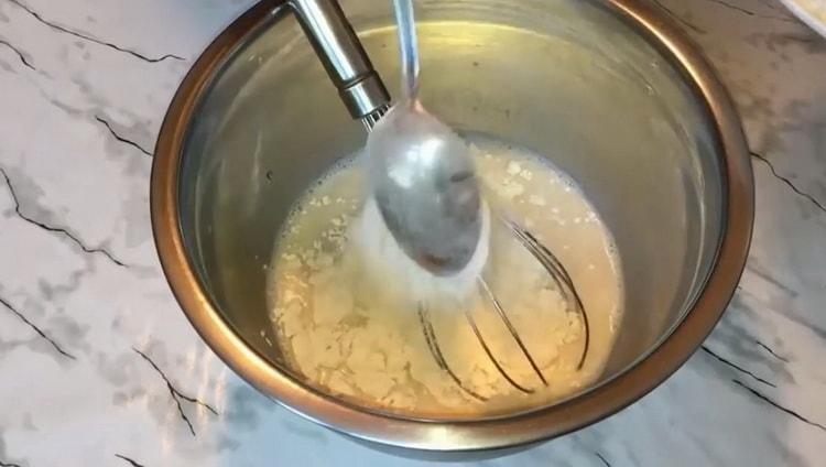 Для приготовления булочек с вареной сгущенкой приготовьте опару