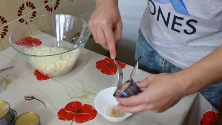 Для приготовления бутерброда с тунцом, уберите жидкость с тунца