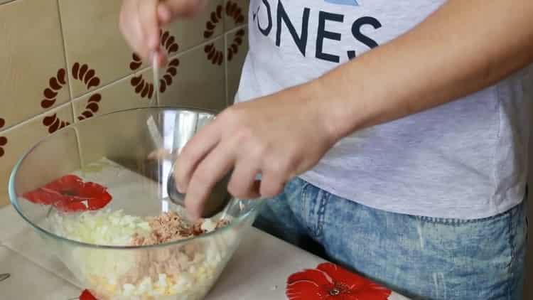 Для приготовления бутерброда с тунцом, смешайте ингредиенты