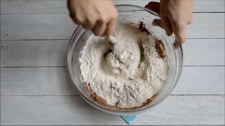 Для приготовления быстрого кекса в духовке смешайте ингредиенты