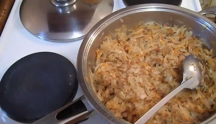 Для приготовления вареников с квашеной капустой приготовьте начинку