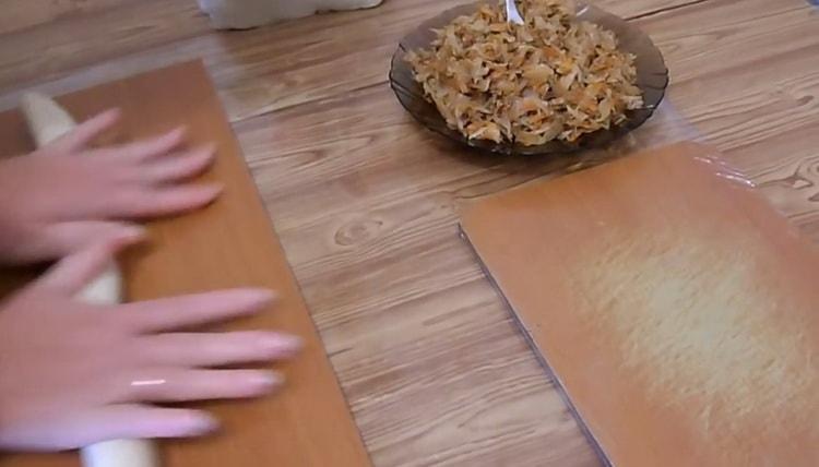 Для приготовления вареников с квашеной капустой раскатайте тесто