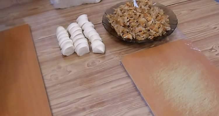 Для приготовления вареников с квашеной капустой нарежьте етесто