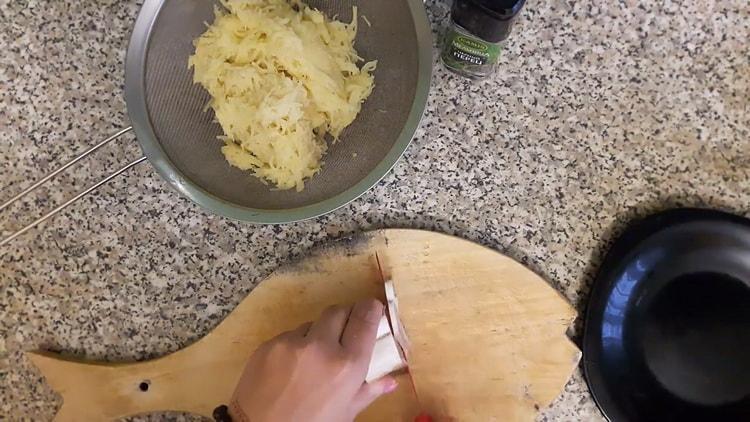 Для приготовления вареников с сырой картошкой нарежьте сало