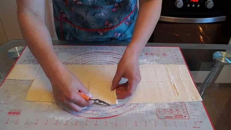 Для приготовления ватрушек нарежьте тесто