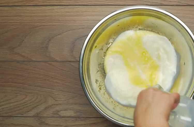 Для приготовления ватрушек с картофелем приготовьте опару