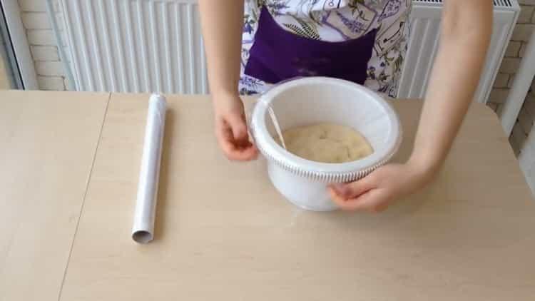 Для приготовления ватрушки с творогом накройте тесто пленкой