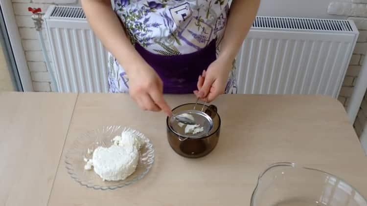 Для приготовления ватрушки с творогом перетрите творог