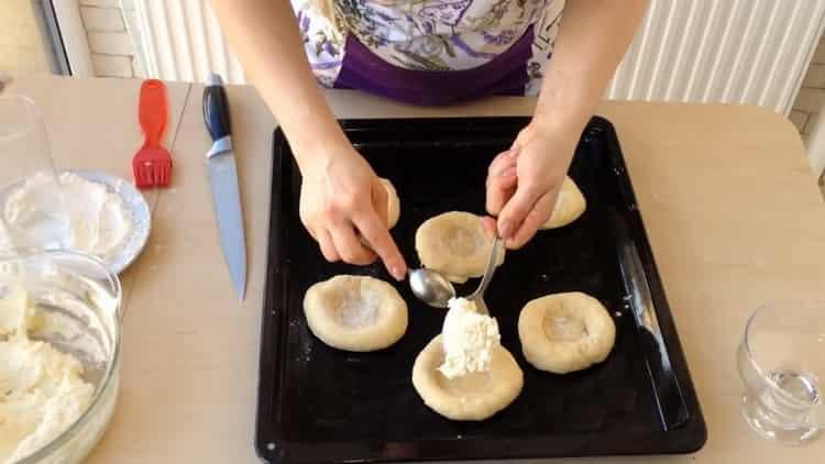 Для приготовления ватрушки с творогом положитье начинку на тесто