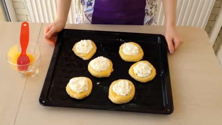 Для приготовления ватрушки с творогом разогрейте духовку