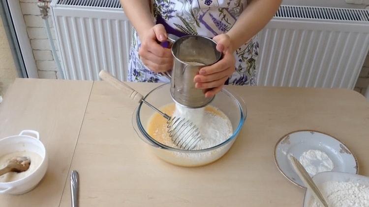 Для приготовления ватрушки с творогом просейте муку