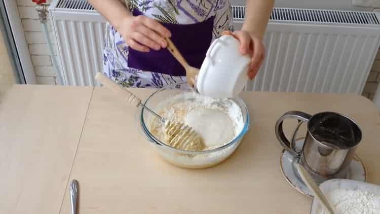 Для приготовления ватрушки с творогом добавьте опару
