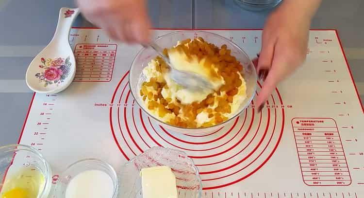 Для приготовления ватрушек с творогом добавьте изюм в начинку