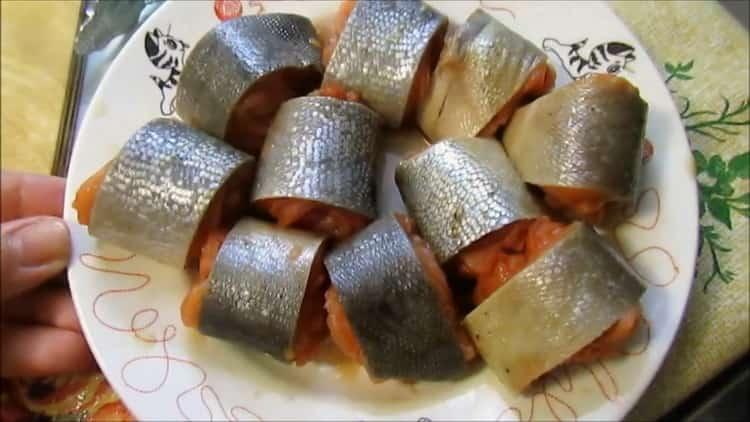 Для приготовления горбуши в кляре на сковороде нарежьте рыбу
