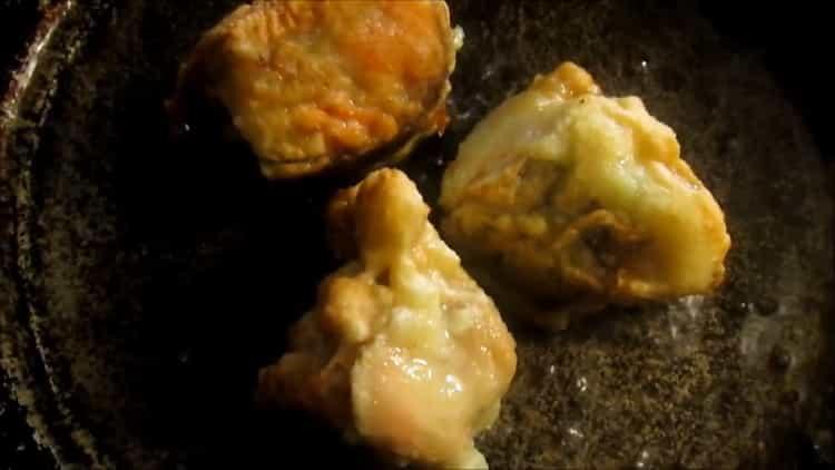 Для приготовления горбуши в кляре на сковороде разогрейте сковородку