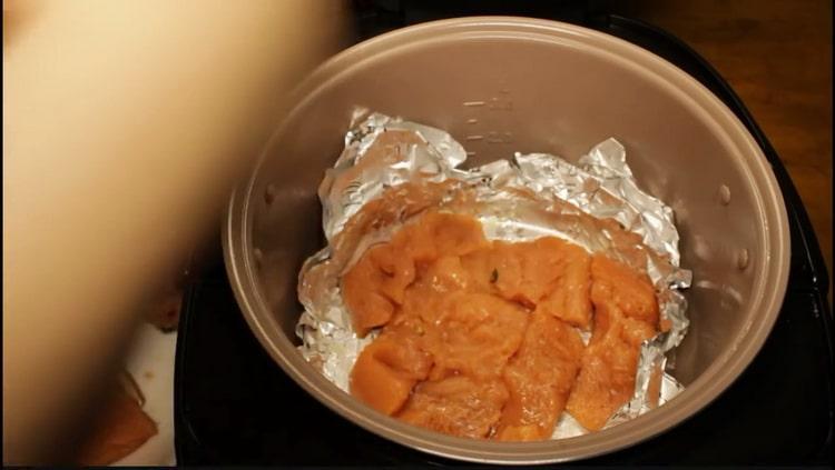 Для приготовления горбуши в мультиварке выложите рыбу в чашу