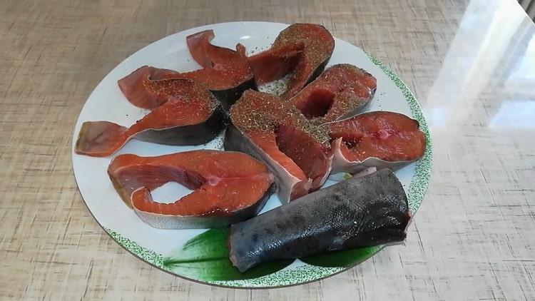 Для пригогтовления сметанном соусе подготовьте специи