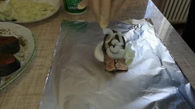 Для пригогтовления сметанном соусе выложите фольгу