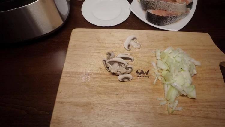 Для приготовления горбуши на пару, нарежьте грибы