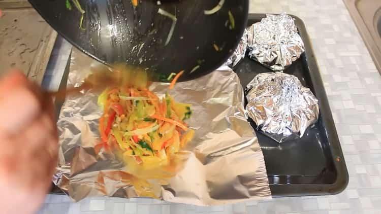 Для приготовления горбуши с овощами в духовке, выложите ингредиенты на фольгу