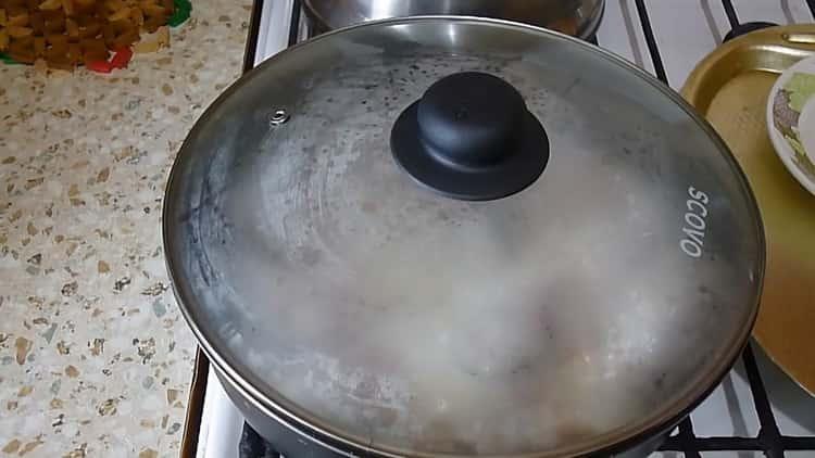 Для приготовления тушеной горбуши подготовьте ингредиенты