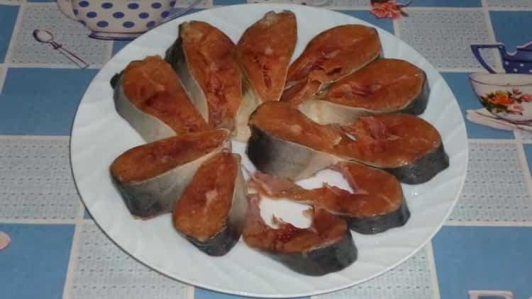Для приготовления тушеной горбуши посолите рыбу