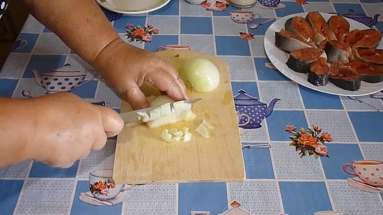 Для приготовления тушеной горбуши нарежьте лук