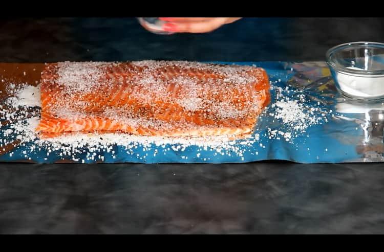Перед тем как засолить лосось натрите рыбу специями