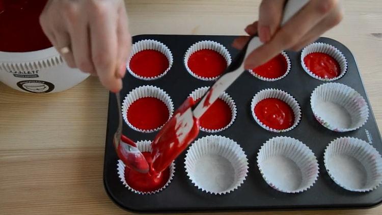 Для приготовления капкейков красный бархат выложите тесто в форму