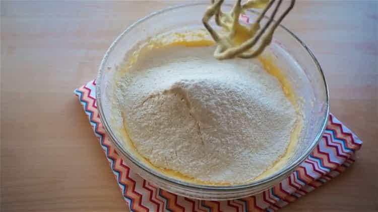 Для приготовления капкейка, добавьте муку