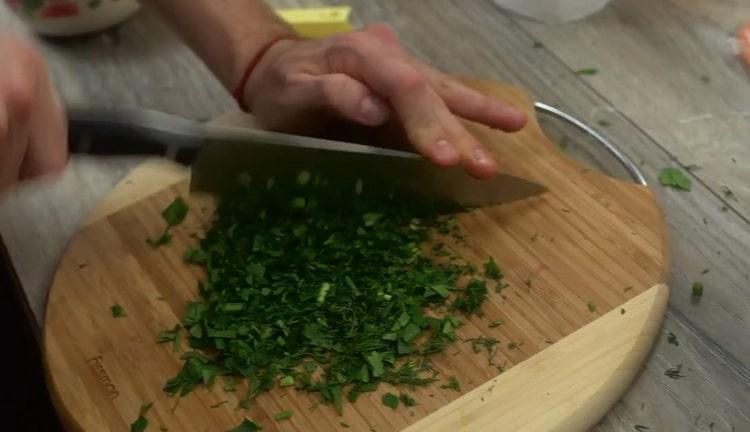 Для приготовления карпаччо из лосося нарежьте зелень