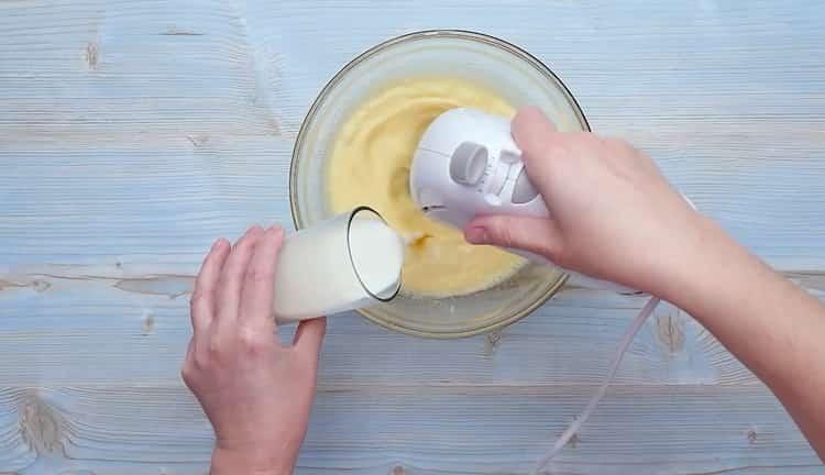 Для приготовления кексов со сгущенкой добавьте молоко