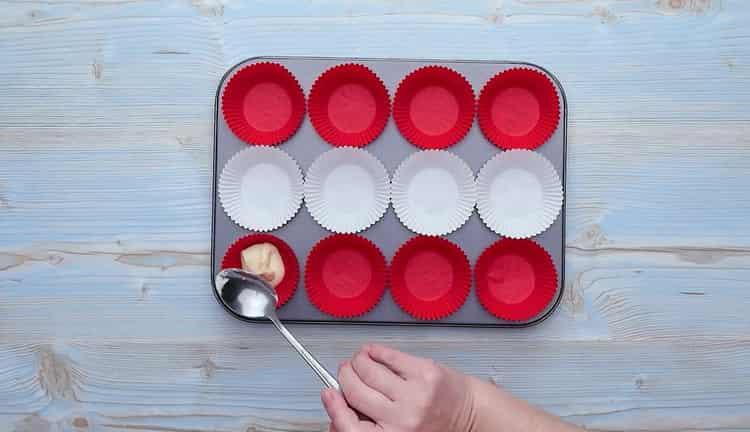 Для приготовления кексов со сгущенкой выложите тесто в форму
