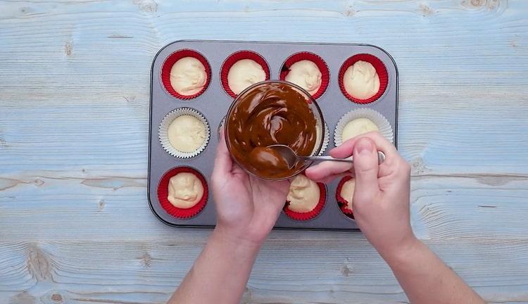 Для приготовления кексов со сгущенкой выложите сгущенку в форму
