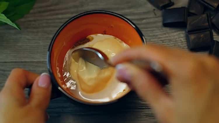 Для приготовления кекса в микроволновке без яиц смешайте ингредиенты