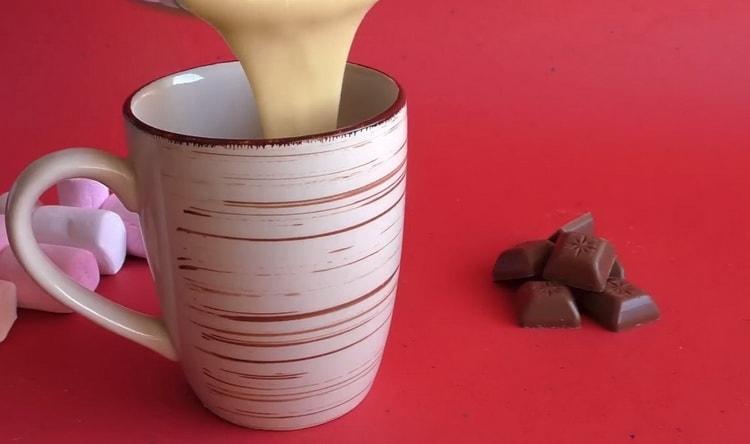 Для приготовления кекса в микроволновке выложите тесто в чашку