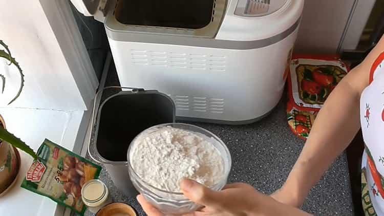 Для приготовления кекса в хлебопечке просейте муку