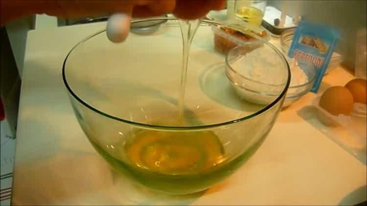 Для приготовления кекса на кефире с изюмом подготовьте ингредиенты