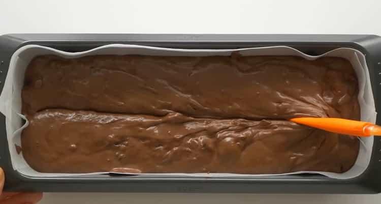 Для приготовления  кекса с вишней выложите тесто в форму