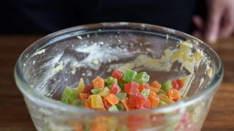 Для приготовления кекса с цукатами, добавьте цукаты