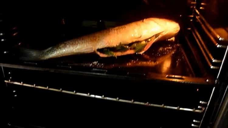Для приготовления кефали в духовке поставьте противень в духовку