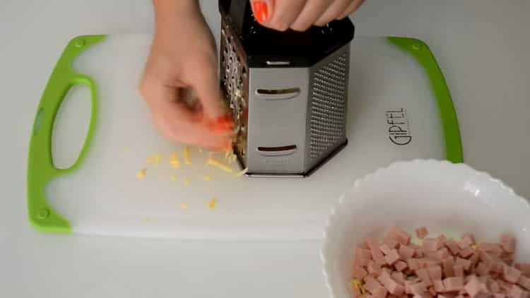 Для приготовления конвертиков натрите сыр