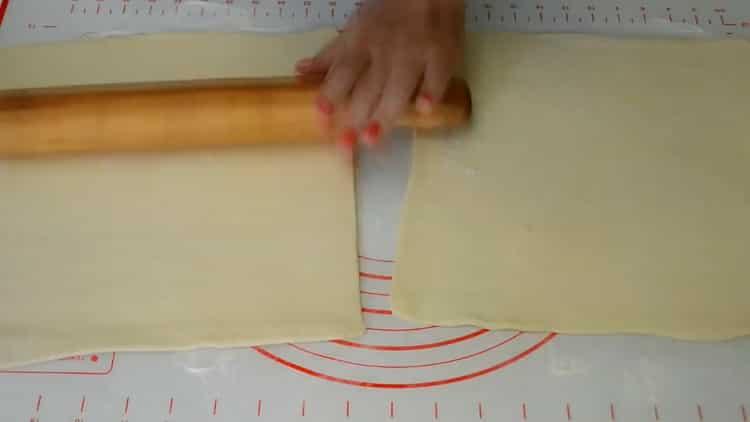 Для приготовления конвертиков раскатайте тесто