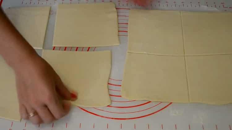 Для приготовления конвертиков нарежьте тесто