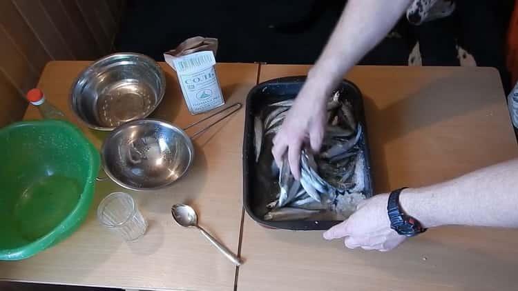 Для приготовления вяленой корюшки смешайте ингредиенты