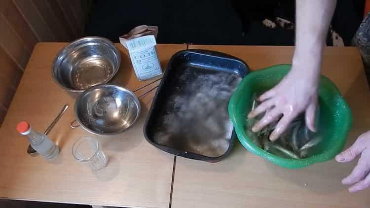 Для приготовления вяленой корюшки подготовьте рыбу