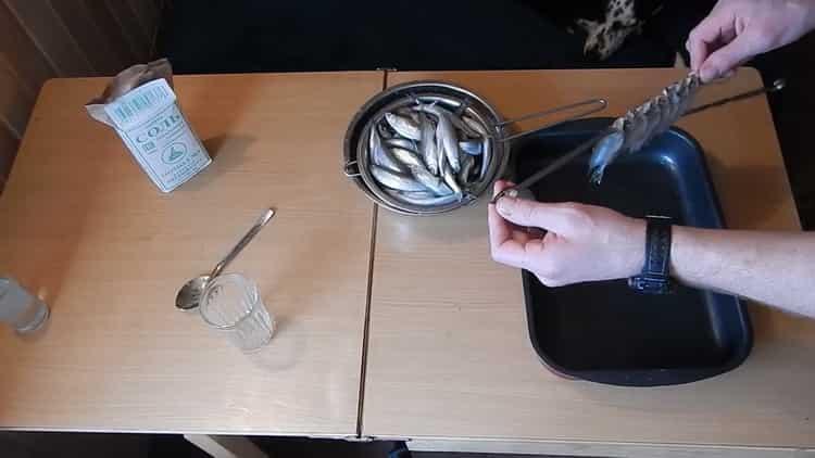Для приготовления вяленой корюшки нанизывайте рыбу на шпажку