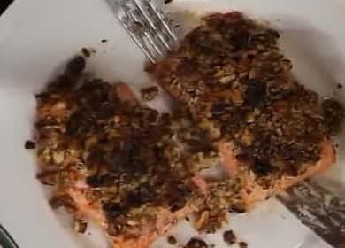 Красная рыба с грецкими орехами, запеченная в духовке