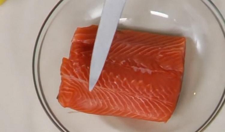 Для пригготовления красной рыбы в духовке, нарежьте рыбу